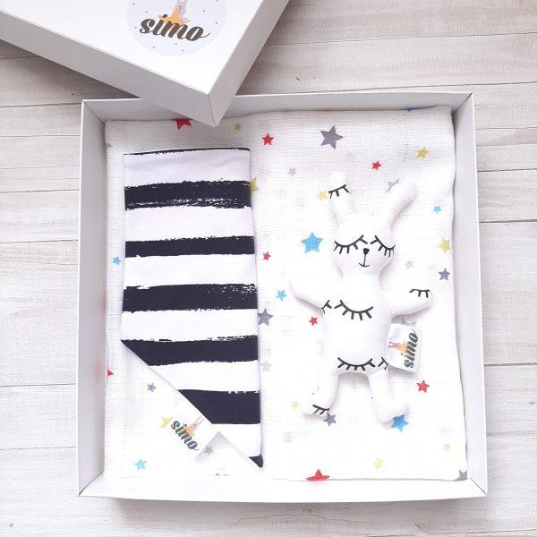 Dovanų dėžutė su baltu zuikiu