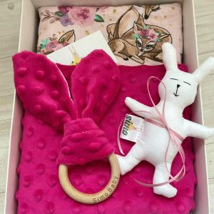 Dovanų dėžutė su rožiniu pleduku